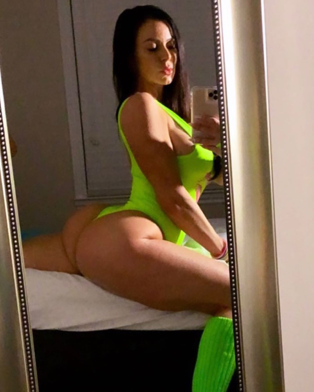 Kendra Lust Drops a Thirst Trap for Her Lions! - Photo 4